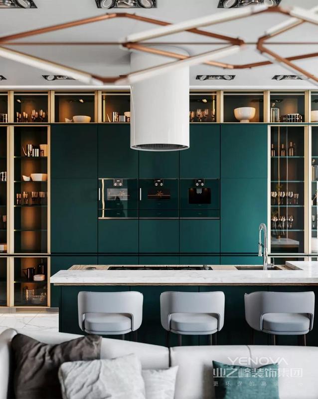 厨房,别致的玻璃橱柜,绿色的搭配,给人一种强烈的视觉冲击感,在柔和的灯光衬托下,精致的像博物馆展品存储的地方。