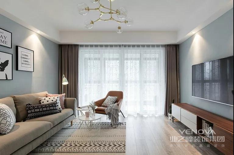 主色调灰蓝搭配的客厅,给人很放松的感觉,白色窗帘柔和了阳光,既不影响客厅采光,也不会显得刺眼