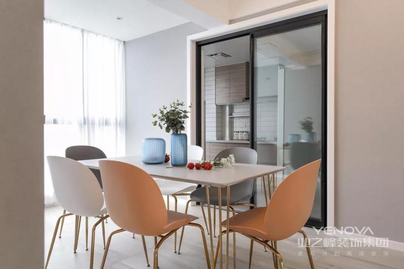 现代优雅的餐桌椅搭配,在金属架基础,白色餐桌台面+灰白粉的餐椅,餐桌上摆着蓝色花瓶、再布置鲜艳的插花,带来一个安静与激情的舒适气氛。
