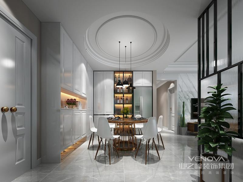 以白色为主,餐桌旁边打造储物空间,上下两边可以做储藏用,中间可以摆放装饰