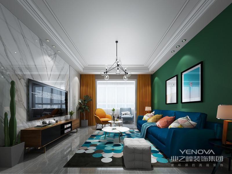 蓝色的沙发搭配绿色的背景墙  在视觉上有个冲击
