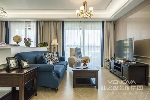 孔雀蓝的沙发很有贵族气息感