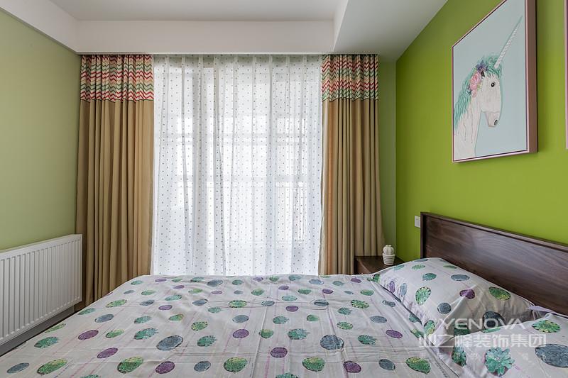 果绿色背景墙搭配原木色 床头,白色波点床饰