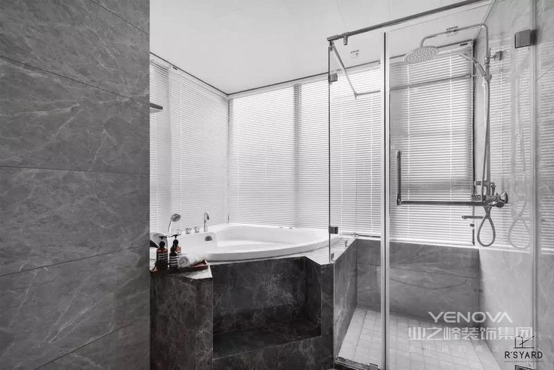 主人卫生间在简约灰白配的空间,定制了浴缸与淋浴房,让空间呈现出优雅时尚的氛围感。