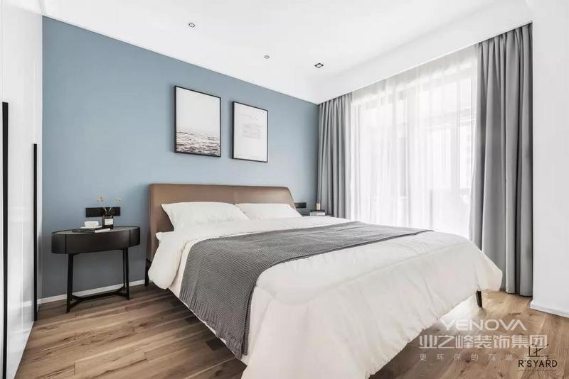 次卧以蓝色调的床头墙,搭配上棕色的皮艺床,还有素雅的灰白配床单,使得空间充满优雅精致的氛围感。