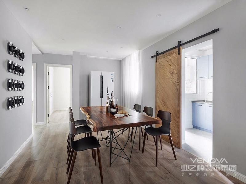 餐厅以灰色原木色为主,在灰色空间增添了一抹原始色彩