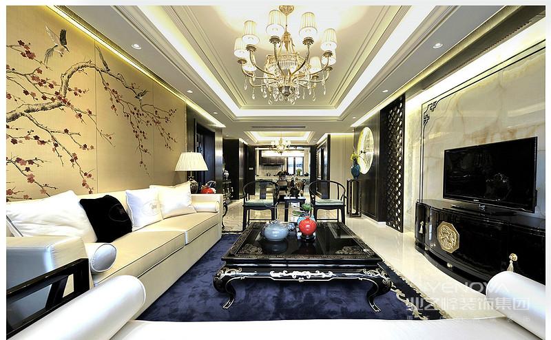 新中式是以中国传统古典文化作为背景的,营造的是极富中国浪漫情调的生活空间,如红木、青花瓷、紫砂茶壶以及一些红木工艺品等都体现了浓郁的东方之美,这正是新中式风格与其它风格所不同的地方。