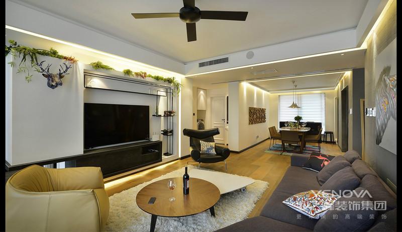 客厅上面是一圈暖灯,很是温馨,畅谈的场所