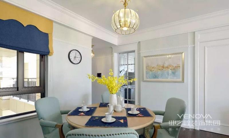 客厅空间以白、蓝、黄三色为主调,整体清丽雅致,简约大气。
