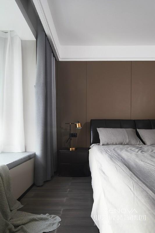 选材上运用了大量木质、棉麻、皮质等具有天然质感的材料,为空间营造出质朴、高级且耐人寻味的现代简约感。