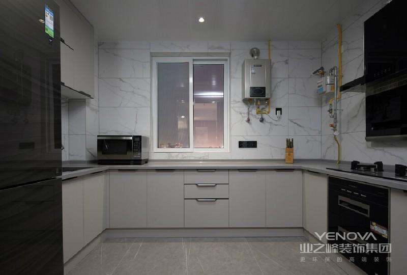 厨房U字型的橱柜布局,即使同时3个人进行操作也不会显得的拥挤,操作台上方的射灯光源布置和洗菜池上方的感应灯的设置,让空间没有光源死角,让操作更加便捷。橱柜柜门的选择与客餐统一,这样能更好的统一风格。