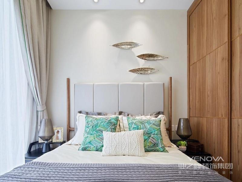 木质窗框加上灰色绒面床头,原木色衣柜相配套,