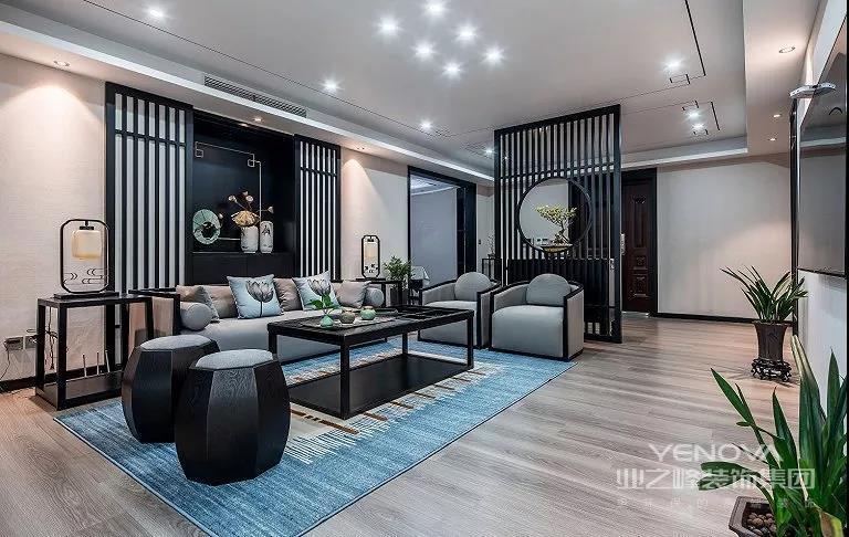 客厅采用的是传统中国水墨画风格的装饰,摆放着几个中国传统家具装饰,整个客厅犹如穿越回古代,让人感受古人的生活。