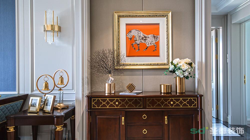现代美式风格和传统美式风格相比,在装饰品的选择上更加精致、小巧。