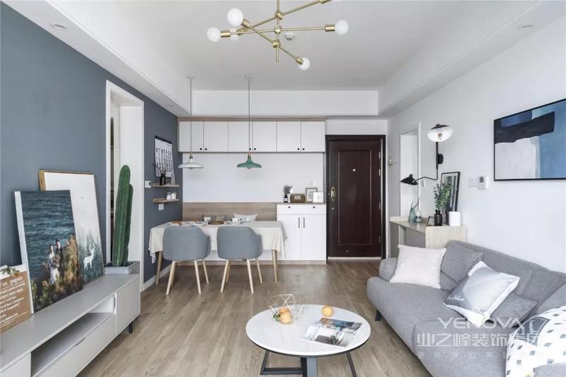 客厅以灰色和白色为主调,营造简单而沉稳的空间氛围,灰色布艺沙发柔软而舒适;小小的茶几线条简约,灵活又实用,搭配整体北欧气氛的家格外朴实。