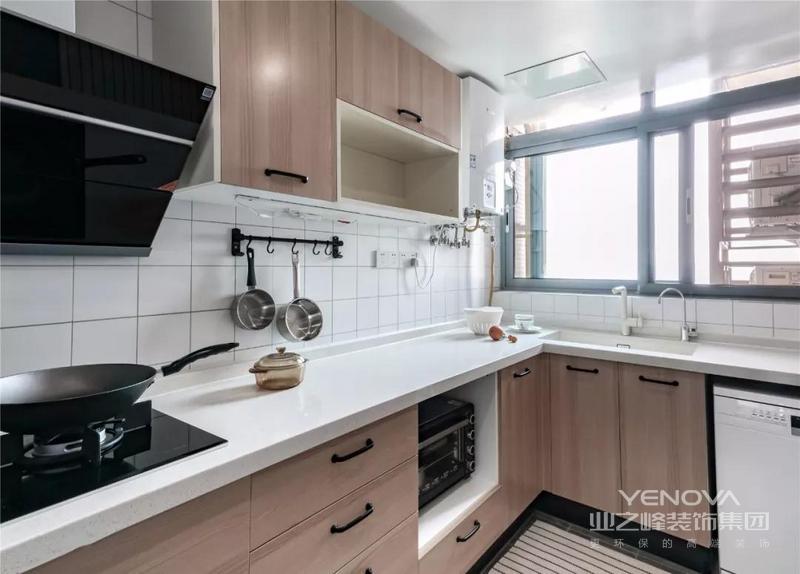 厨房选用白色小砖、铺贴墙面,搭配木质橱柜简洁而自然,大面积的储物空间 满足屋主的日常需求,同时也因为白色台面给人自然的温实。