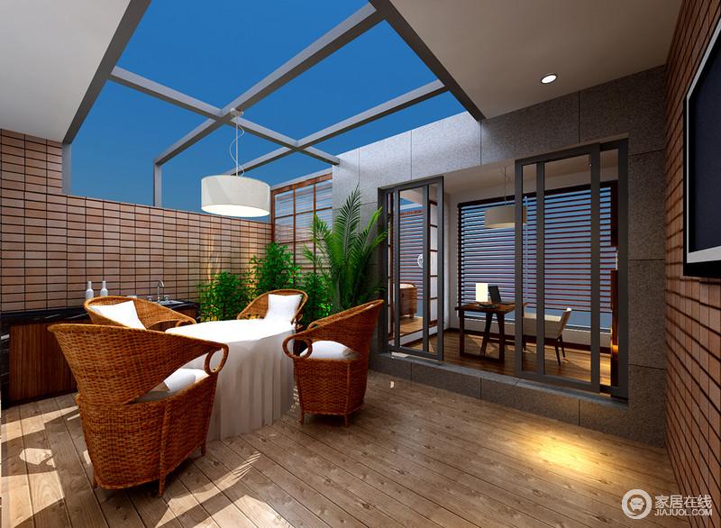 设计师将顶上空间利用通透的玻璃将卧室、小书房和露天阳台结合起来,饰以充满自然感的砖墙、地板和藤制编织材质在绿植的点缀下,营造出悠然休闲意味的舒适情调空间。