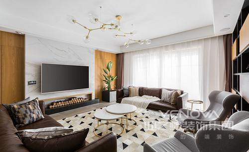 客厅的吊顶因为黄铜球泡吊灯多了时尚气息,与金属圆几构成空间的轻奢;大理石背景墙定制化设计,张扬了一种北欧的自在,与电视机演绎黑白之美,棕褐色布艺沙发搭配几何拼接地毯,让生活空间很有格调。
