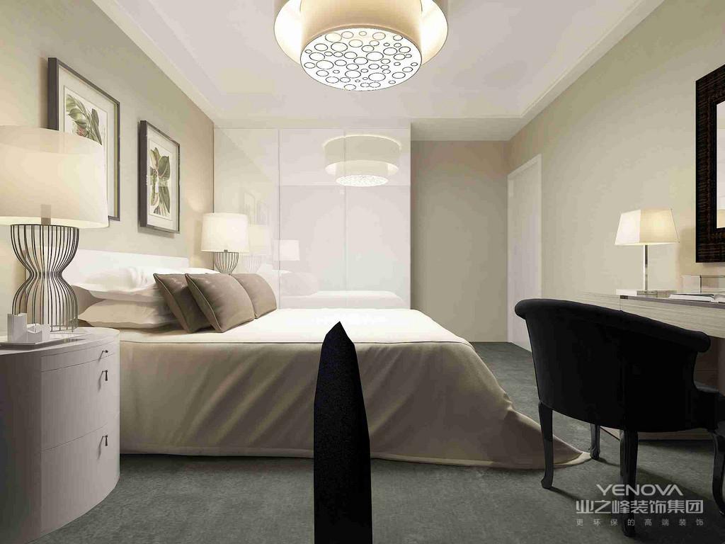 卧室的背景墙以驼灰色板材为主,在射灯的照耀下,有了一些柔美;灰色皮质床与黑色系家具搭配得足够大气,素色之中,让空间具有了温馨。