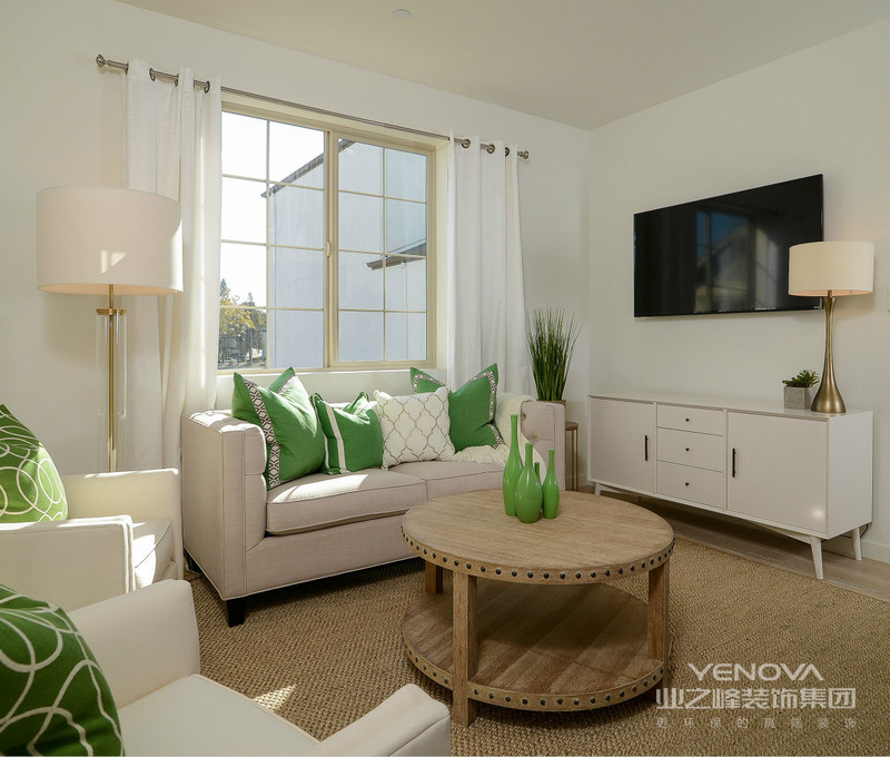 沙发背景墙上典雅的装饰镜,在两站对称灯装饰,更显格调。