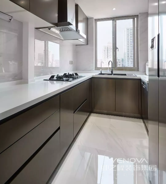 厨房,缤灰和白色的色彩过渡,创造丰盈感的同时也提高了整洁度。