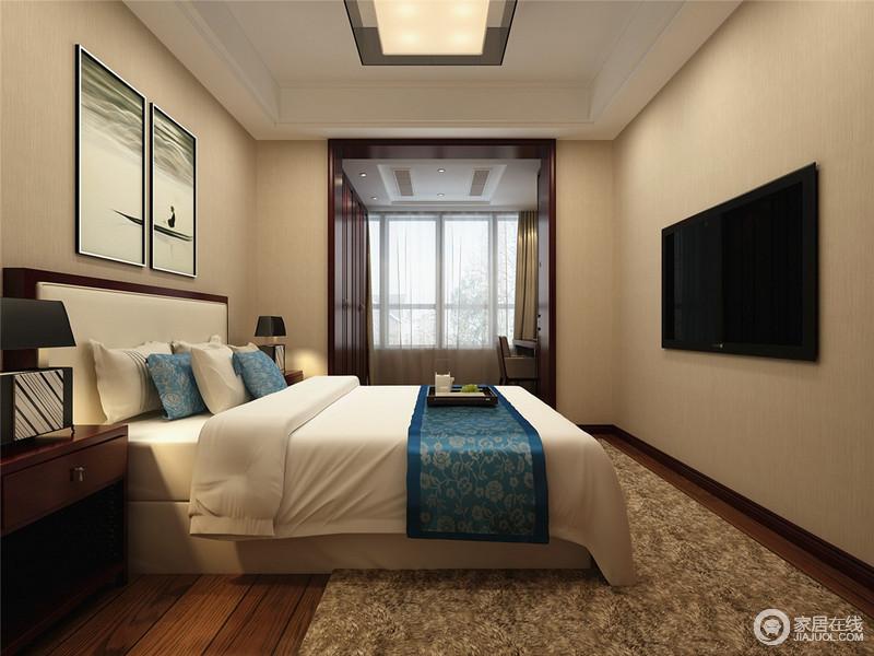 清淡如水的卧室空间里,一室素简内敛的气韵;悠然闲适的山水墨画装饰在床头,一下子使人沉静安宁;柔软的布艺上点缀着贵族蓝印花,娴静平和中氲出大气姿态。