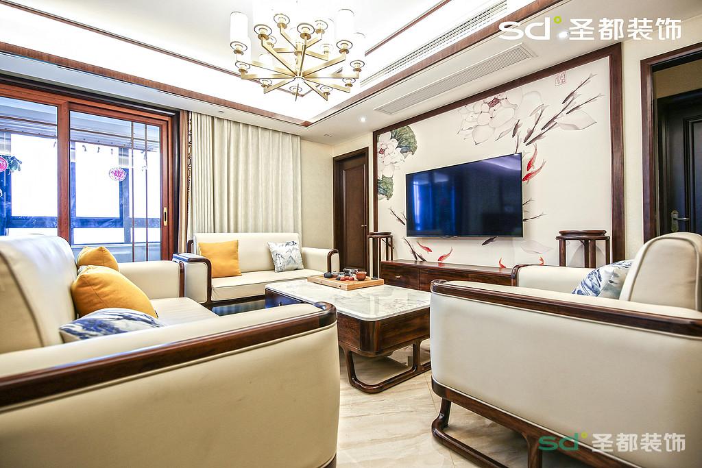 客厅的配色以白调深色实木线条框为主,辅之以木质的深色,这两种分明的颜色,客厅的背景墙体现了浓厚的新中式风格色彩元素在里面,给人一种清丽端雅的别致之感。