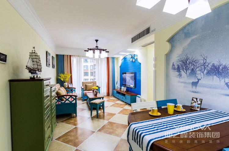 蓝色木质布艺沙发,搭配旁边绿色的收纳柜,整体温馨而舒适