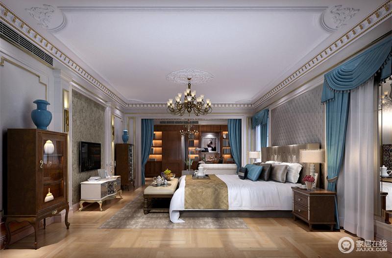卧室面积较大,墙面以多个膏线门洞设计,或金线勾勒、或填充壁纸软包,规整中富有沉稳大气;深色柜体家具与相连的小书房材质呼应,蓝色布艺及陶瓷摆件,点缀出十分雅意。