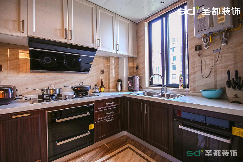 厨房的设计注重色彩的搭配和极具创意的设计,同时也不缺乏空间感,也让外面的光线可以照进厨房,也方便让空气流通。