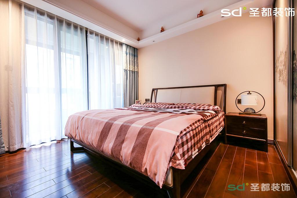 卧室单一色调,没有任何背景装饰,简单大气,舒适怡人。