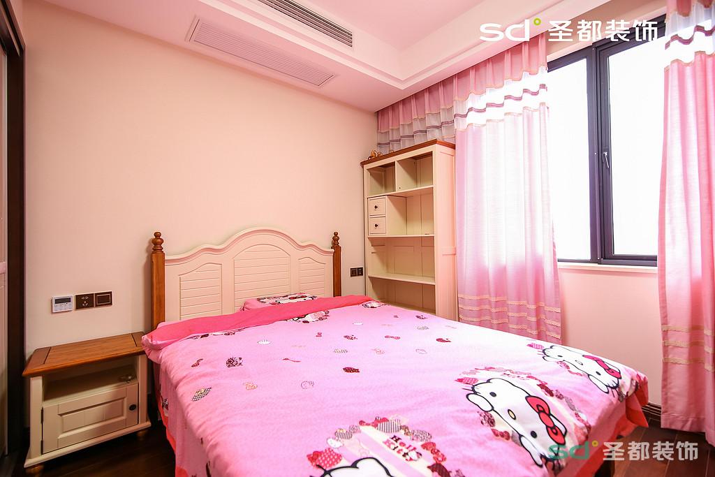 儿童房看上去很活泼可爱,色彩鲜艳配上粉色的窗帘特别适合小公主。