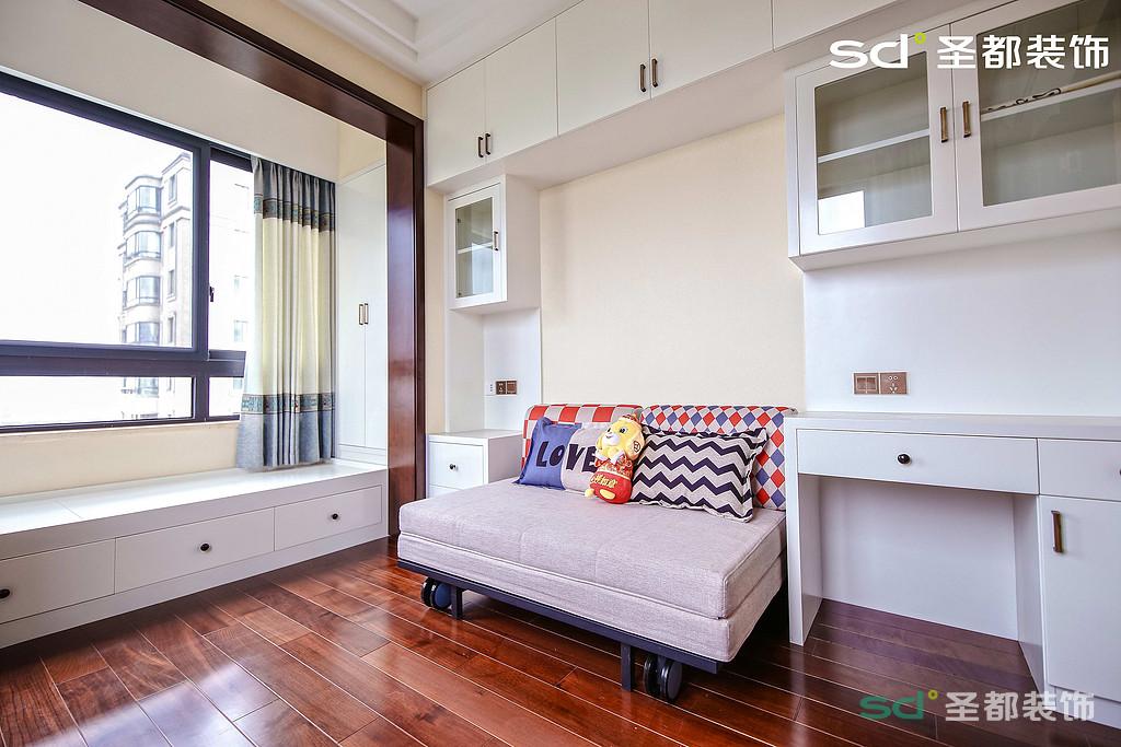 休息室兼影音室,适合平时休闲娱乐,或者家庭朋友聚会,后排的储物柜也得到了充分的利用起来。