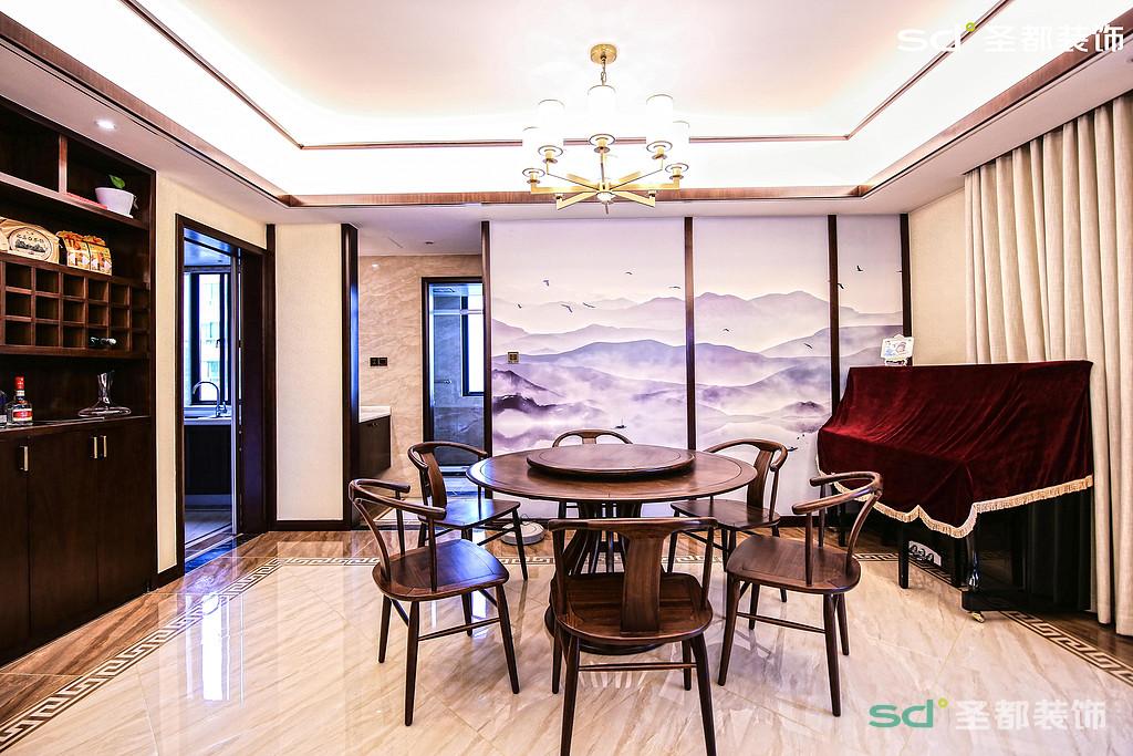 餐厅的大圆桌配以圆形吊灯,流畅的线条让餐厅变得更加大气,隔断的屏峰餐厅变得简洁大气,空间开阔。