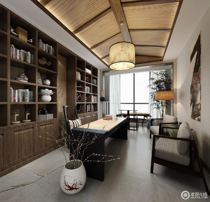 书房里环绕型书柜铺满整面墙,营造出浓郁的书香文化,配套的书桌椅造型简洁大方。阳台上琴曲悠扬,伴着点缀的绿植、瓶插花束,诗情画意的悠闲逍遥感呈现出来。
