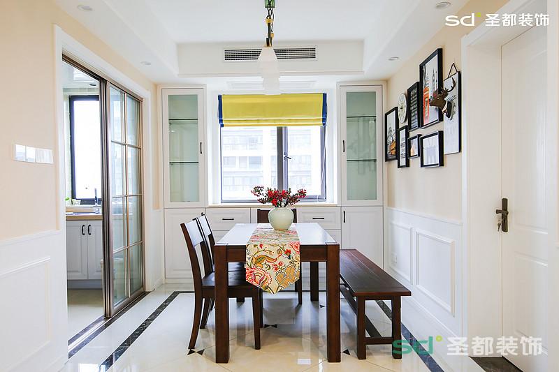 餐厅没有传统美式复杂的墙面设计,设计师用米色调墙面营造餐厅温馨的用餐环境。