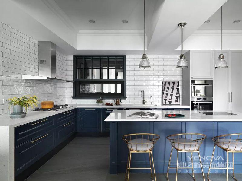 为了营造通透明亮的空间感,厨房对面的卧室门板在局部设置玻璃,让光线可以在整个空间自由游走。