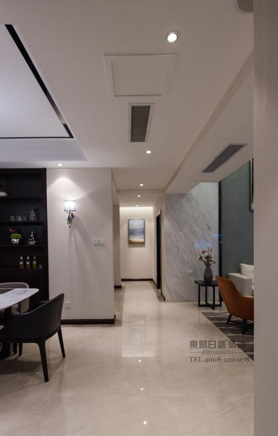 不需要华丽材质的堆砌,而是从细节上、软装家具饰品上体现出一种品质和现代自然的感觉