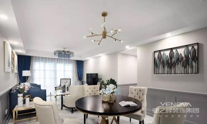 餐厅采用圆桌搭配4把美式餐椅,金属与水晶的吊灯提升整个空间的颜值