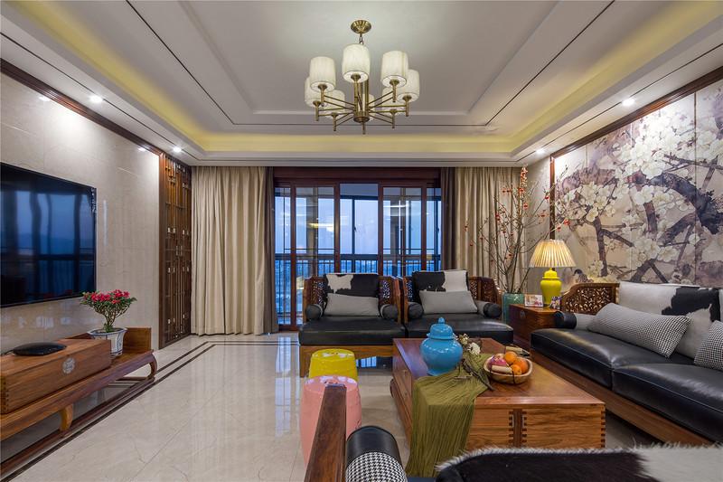 中式风格的客厅具有内蕴的风格,为了舒服,中式的环境中也常常用到沙发,但颜色仍然体现着中式的古朴,中式风格这种表现使整个空间,传统中透着现代,现代中揉着古典。