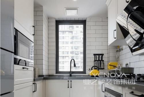 开放式的厨房让做饭也变得充满乐趣,地面采用六角砖和地板拼接的方式巧妙过渡,保证了足够的台面使用之后设计了一组高柜,增加了厨房的储物空间,冰箱也嵌入于此,既满足了实用功能,美观性也兼而有之。