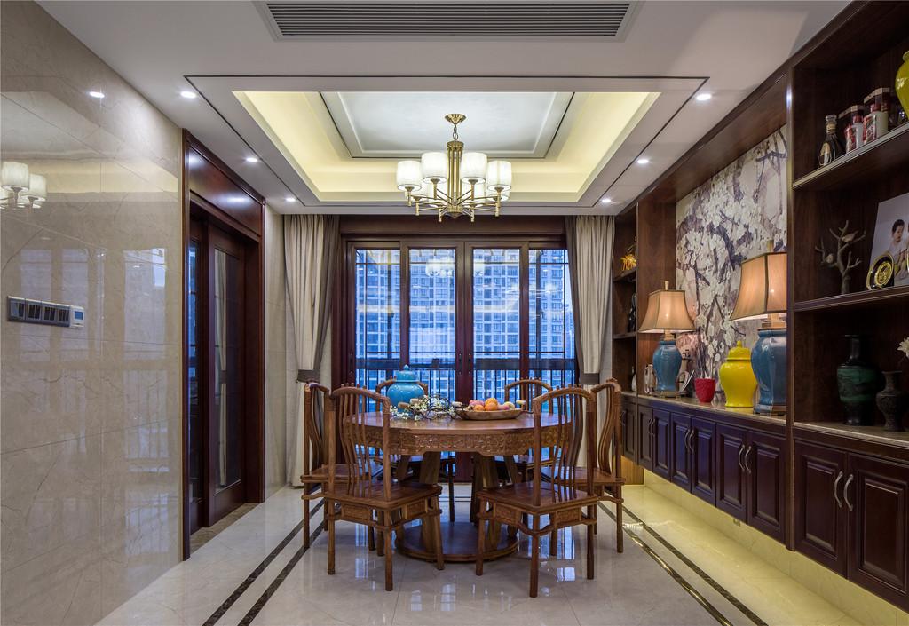 在配饰上,造型独特的吊顶、富有中式意境的装饰画、艺术品等,营造浓厚的文化氛围,让空间更为舒适典雅。