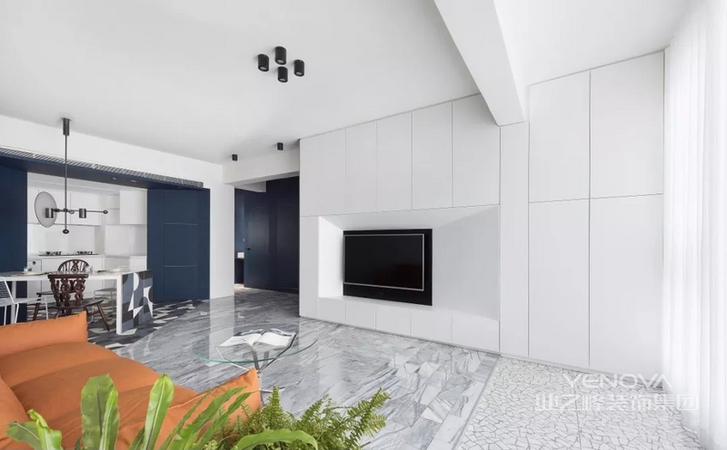 客厅吊顶设计极其简单,白色墙面搭配几个黑色简易吊灯,与背景墙黑色装饰相呼应,黑白之间,极具魅力。