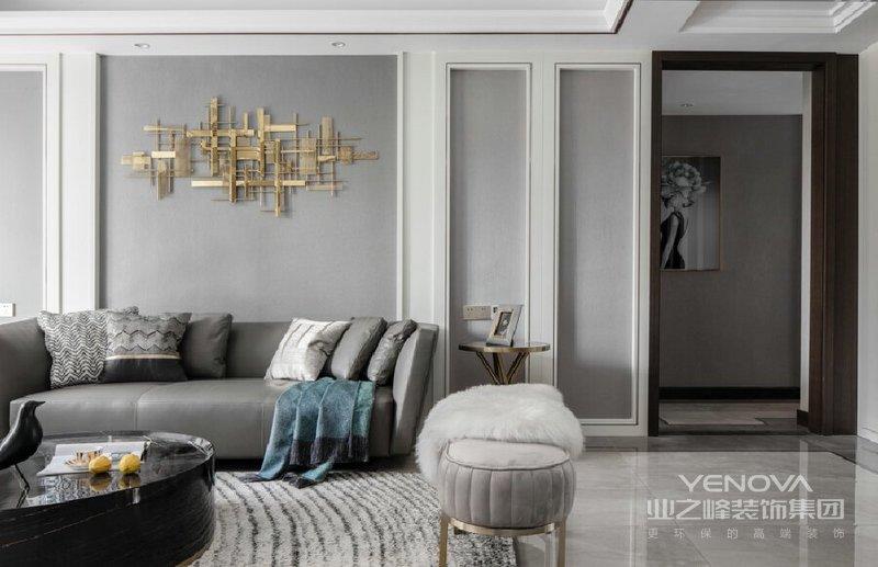 客厅在纯白色的主基调上,用灰色的壁纸与金属材质进行调和与碰撞。时尚现代的灰色皮质沙发搭配典雅气质的脚蹬,放在整个空间中,却又让人觉得很和谐。沙发背景墙以中轴对称,以金属线框勾勒出简单的几何造型,搭配金属装置作为墙面装饰,增加空间的趣味性。