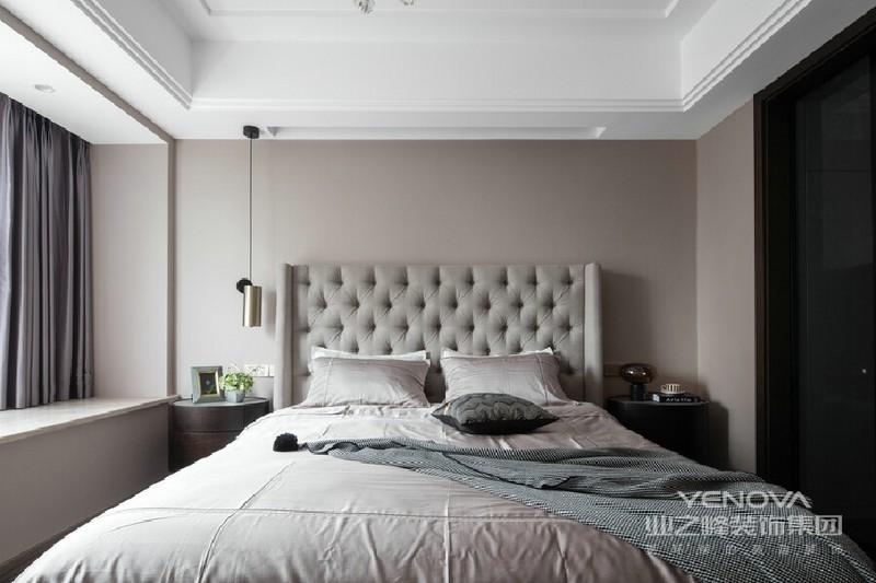 温和舒缓的色调,浅雅柔美的材质选择,让整个环境氛围凝聚优雅气质。高靠背的布艺软包成为整个空间最主要的装饰,既能体现尊贵的格调,又不张扬。床头的吊灯与客厅以及餐厅的金属材质形成呼应。