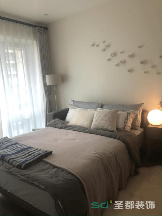 拥有大片落地窗是理想中的生活,卧室采用无主灯设计,简洁利落。灰色地板搭配米色乳胶漆墙面便是对空间主人性格的最佳描述,床头背景的精心设计,装点的不仅仅是房子,而是对生活的态度。