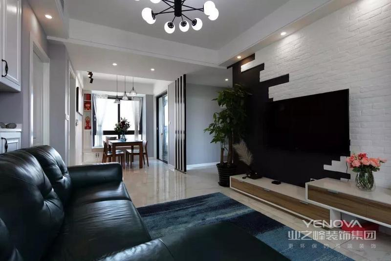 电视墙在黑色墙面背景基础,不规则地贴上白色文化砖,左侧一盆大绿植,结合伸缩电视柜,整体给人以端庄的文艺气质。