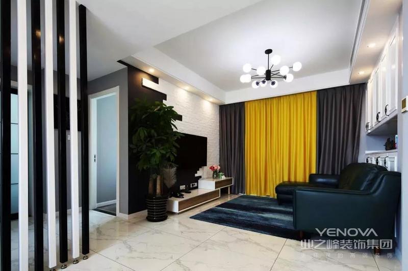 以亮黄+棕灰色的窗帘,搭配上墨绿色的皮沙发与地毯,结合顶上一盏球形组合的吊灯,呈现出一个鲜艳活泼的氛围感。