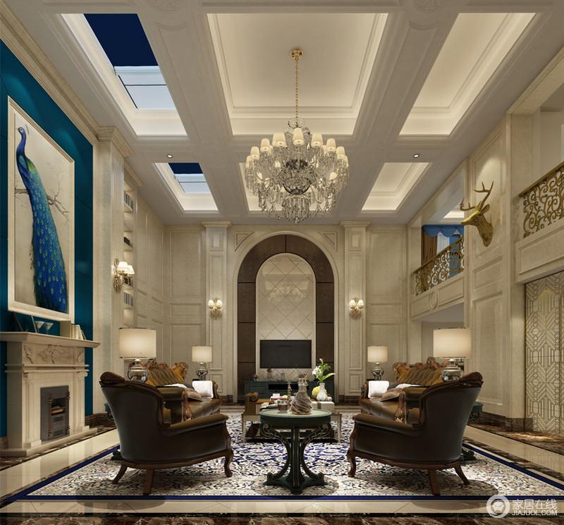 双层挑高的大厅里,天花藻井置入灯带,从顶倾泻下的通透感,沿环廊柱墙面大理石落于复古典雅的沙发之上;壁炉蓝色背景上悬挂的大幅孔雀图,与对称墙上的鹿头,彰显自然的呼应。