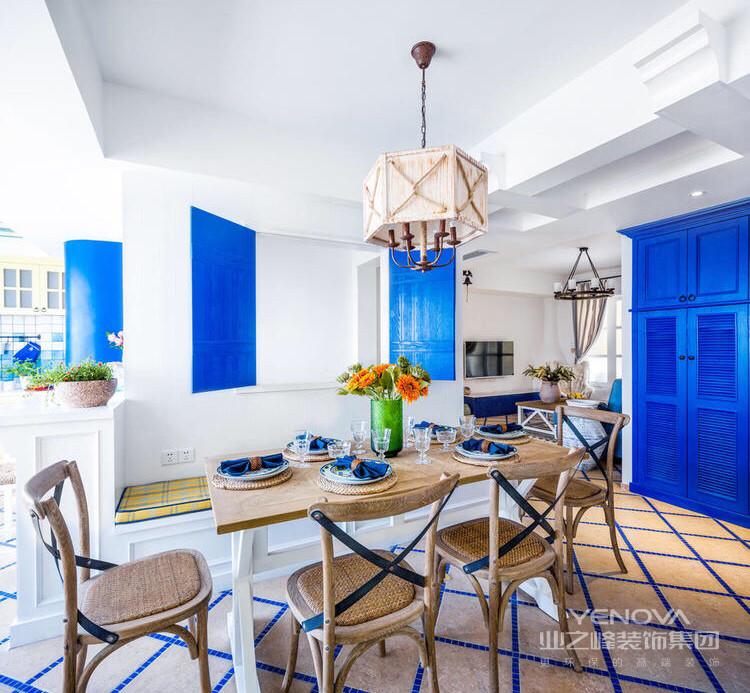 餐厅是木质的座椅,以及别致的吊灯,整个用餐区域舒适人温馨